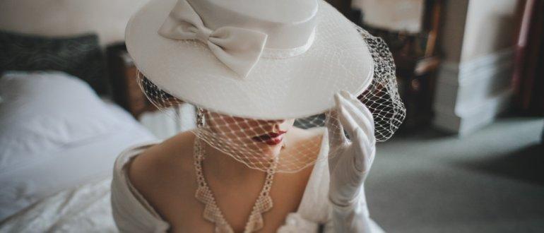 Загадочная женщина в шляпе