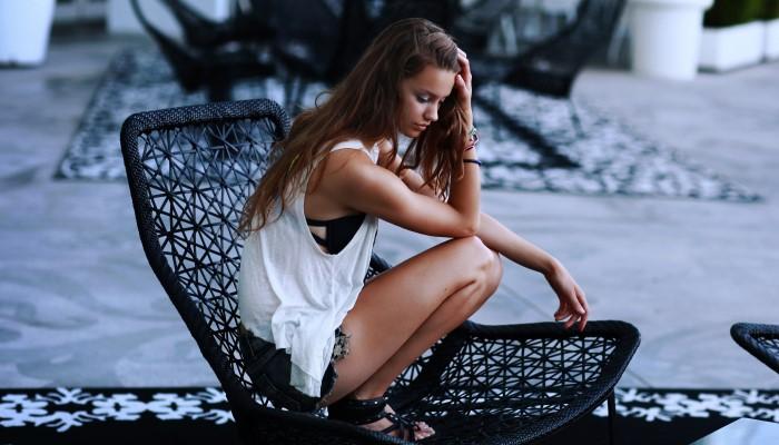 Девушка сидит на кресле