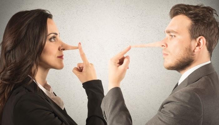 Парень и девушка много говорят неправды
