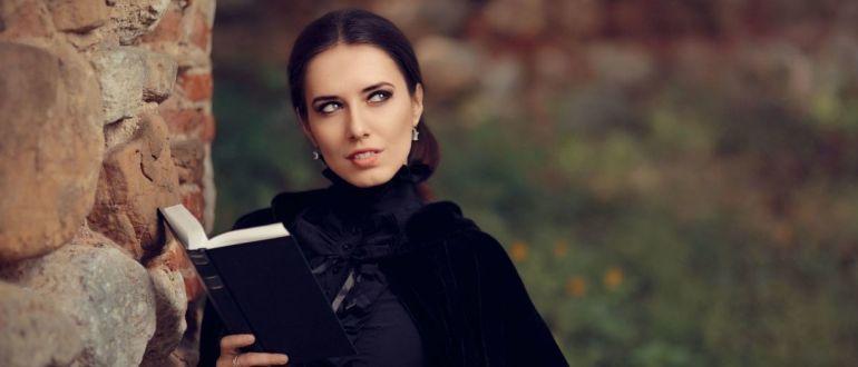 Девушка с магической книгой