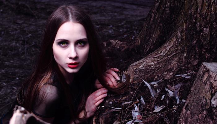 Девушка является вампиром
