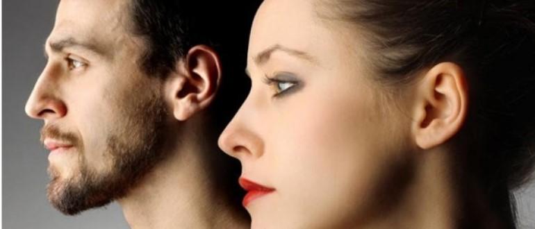 Парень и девушка смотрят в сторону