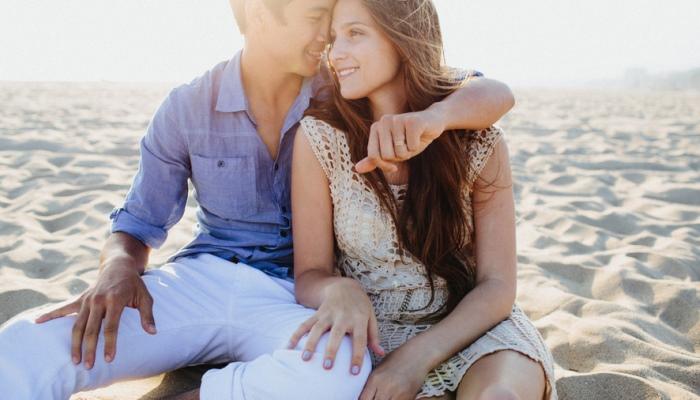 Парень обнимает свою возлюбленную
