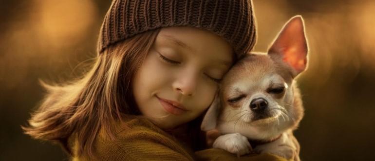 Девочка обнимает пса