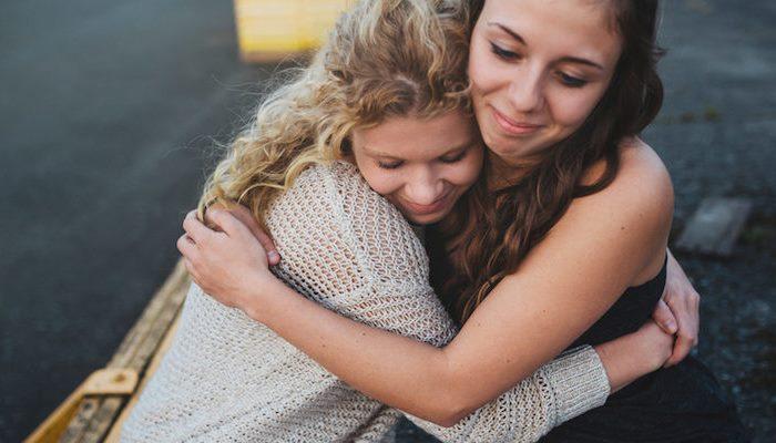 Подруга обнимает подругу