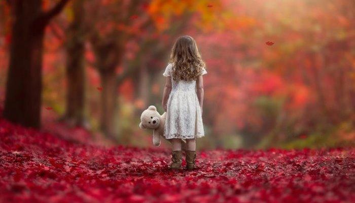 Маленькая девочка осенью в парке