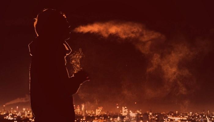 Парень курит на крыше