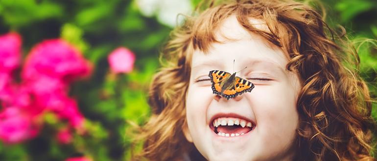 Ребенок радуется бабочке