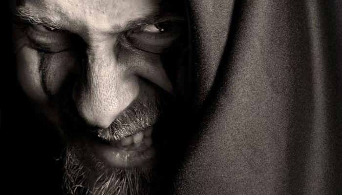 Хитрый мужчина смотрит из под лобья