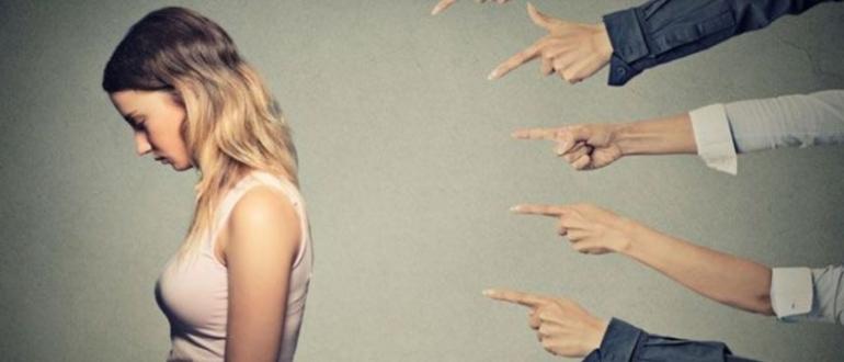 Показывают пальцем