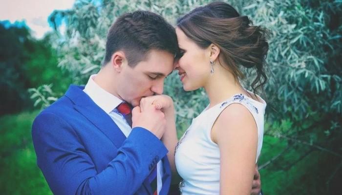 Мужчина целует руку
