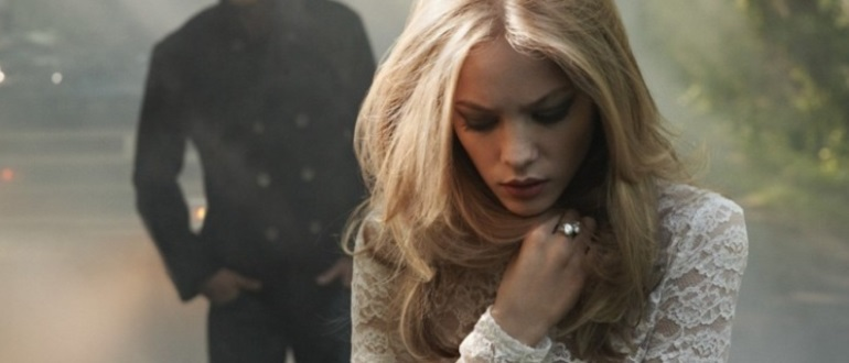Блондинка грустит