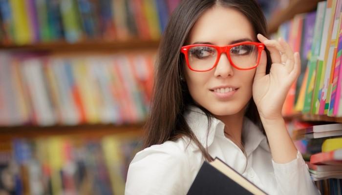 Девушка в красных очках