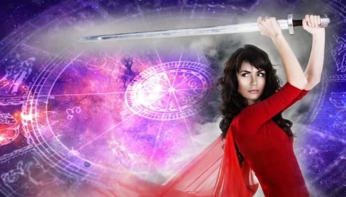 Девушка с мечом
