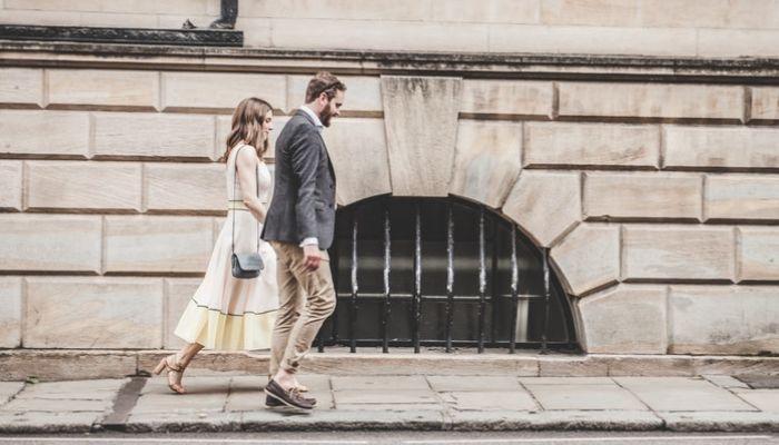Пара идет по городу