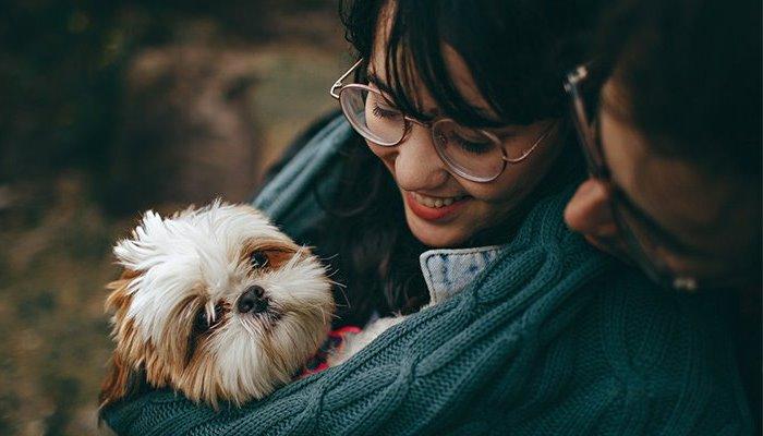С маленькой собакой