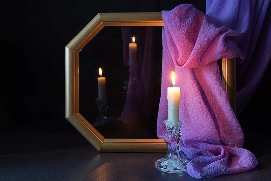 правой фото книг свечей и зеркала возникло